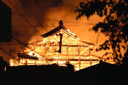 【首里城火災】 原因と思われる焼け焦げた分電盤が、正殿から運び出される