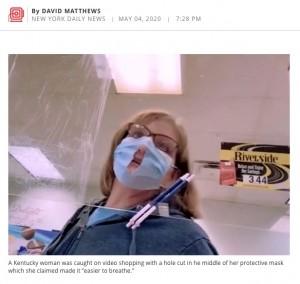 「呼吸しやすいのよ」真ん中に穴を開けたマスクを使用する女性