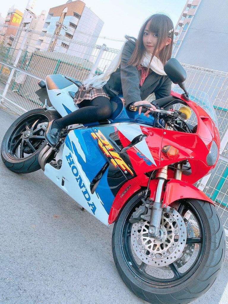 【画像】16歳JKアイドルさん、バイクを納車して6日後で駐車場の車に突っ込み大破ww