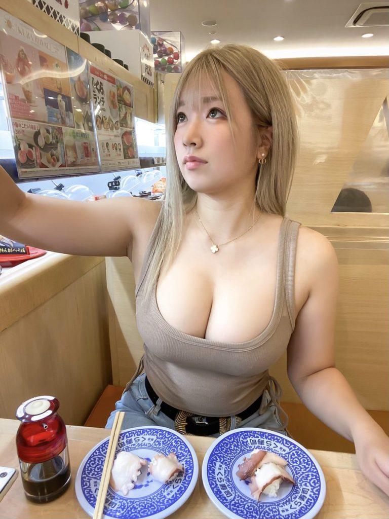 【画像】くら寿司でおっぱい丸出しで食べてる巨乳のお姉さんが撮られる