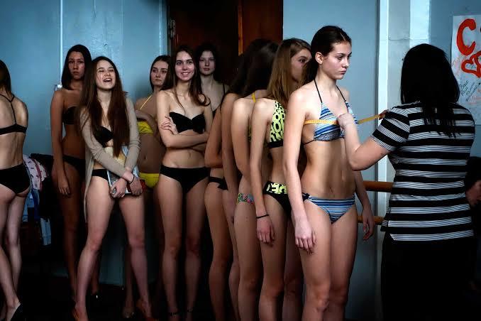 【画像】ロシアの女子校の健康診断、えっちすぎる